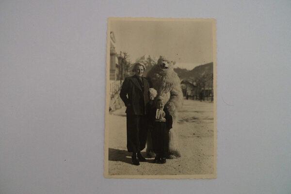 Frau, Kind und Eisbär